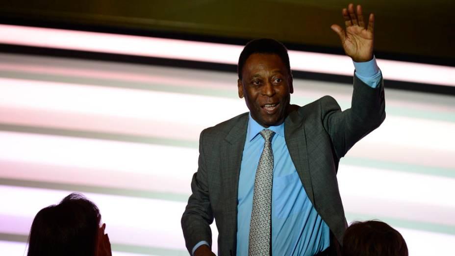 Pelé acena durante o prêmio Bola de Ouro