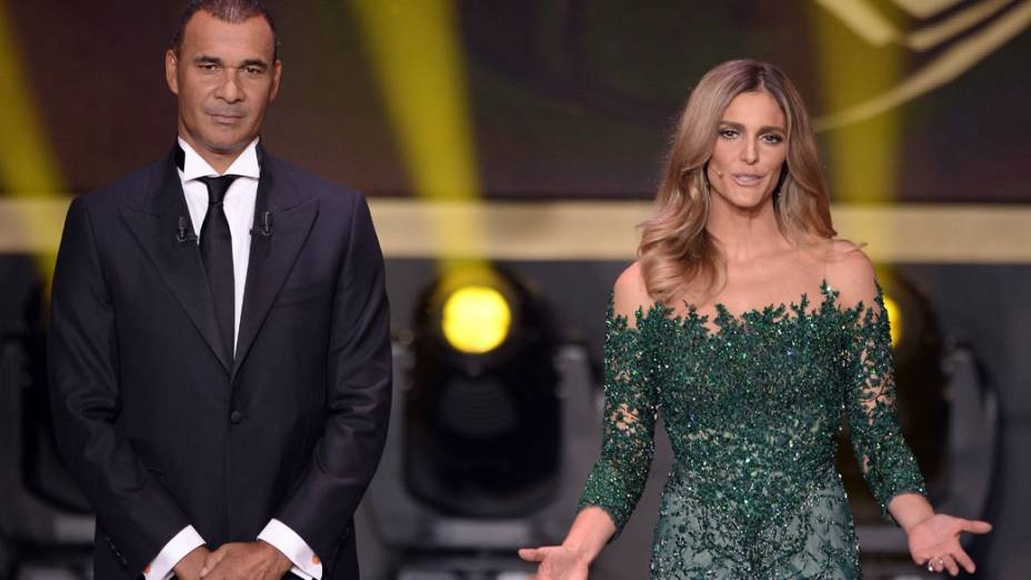 O ex-jogador Ruud Gullit apresenta ao lado da modelo Fernanda Lima o prêmio Bola de Ouro