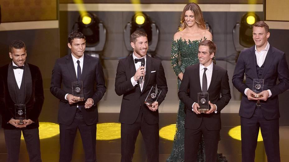 Os zagueiros Daniel Alves, Thiago Silva, Sergio Ramos, Philipp Lahm e o goleiro Manuel Neuer participam do prêmio Bola de Ouro apresentado pela modelo Fernanda Lima, em Zurique