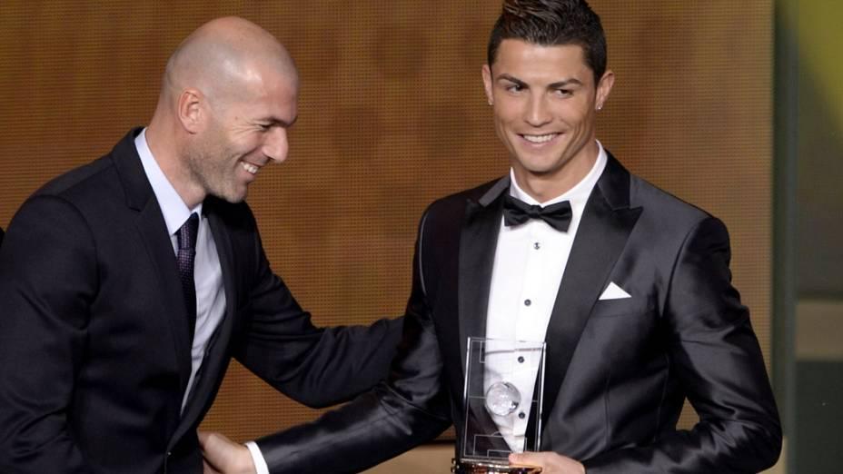 O ex-jogador Zinedine Zidane e Cristiano Ronaldo, durante a preimiação Bola de Ouro, em Zurique