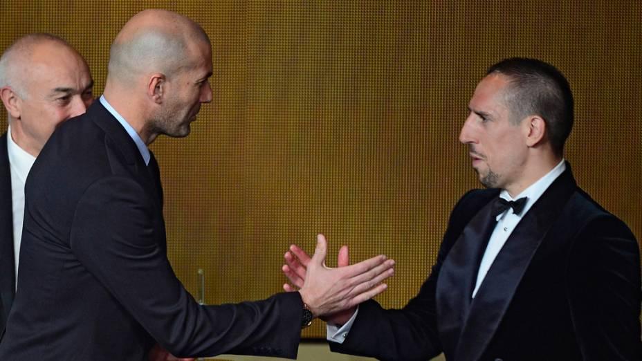 O ex-jogador Zinedine Zidane e Franck Ribery, durante a preimiação Bola de Ouro, em Zurique