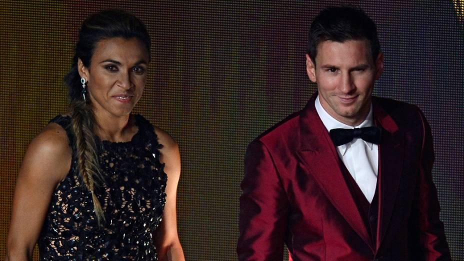 A jogadora Marta ao lado de Lionel Messi, durante a cerimônia do prêmio Bola de Ouro, em Zurique