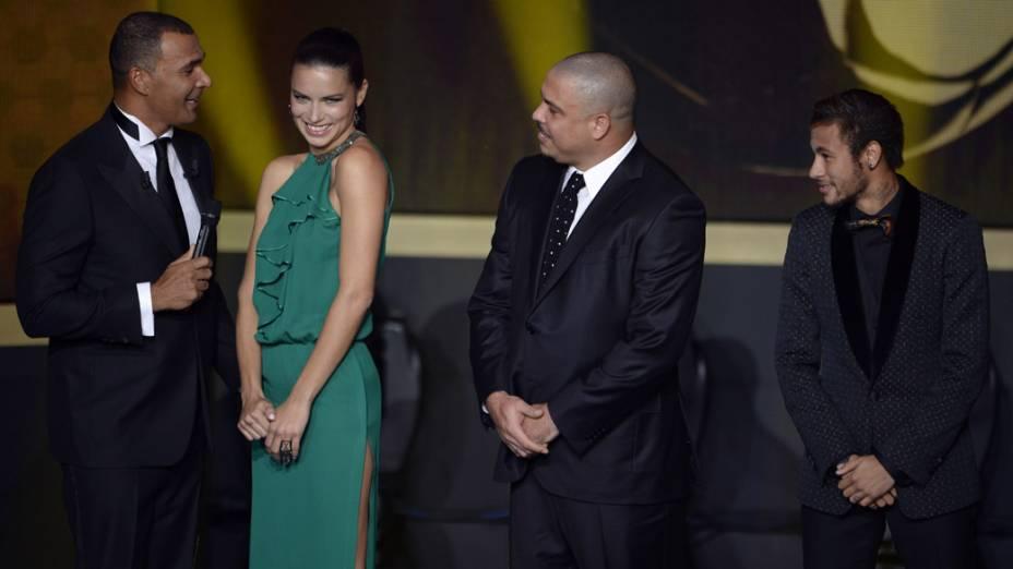 Ruud Gullit fala com a modelo Adriana Lima, ao lado de Ronaldo e Neymar, durante o prêmio Bola de Ouro, em Zurique