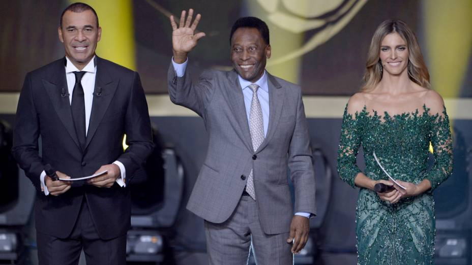 Ruud Gullit, Pelé e Fernanda Lima durante a premiação da Fifa