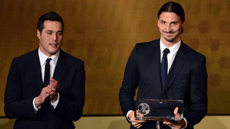 O goleiro Júlio César entrega o prêmio Puskas de gol mais bonito do ano, ao atacante Zlatan Ibrahimovic, em Zurique