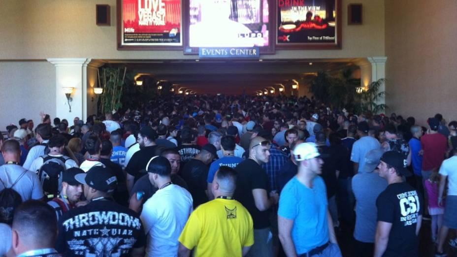 Enquanto acontecia a Fan Expo, na sexta, uma enorme fila já se formava para a pesagem dos lutadores para o UFC 148