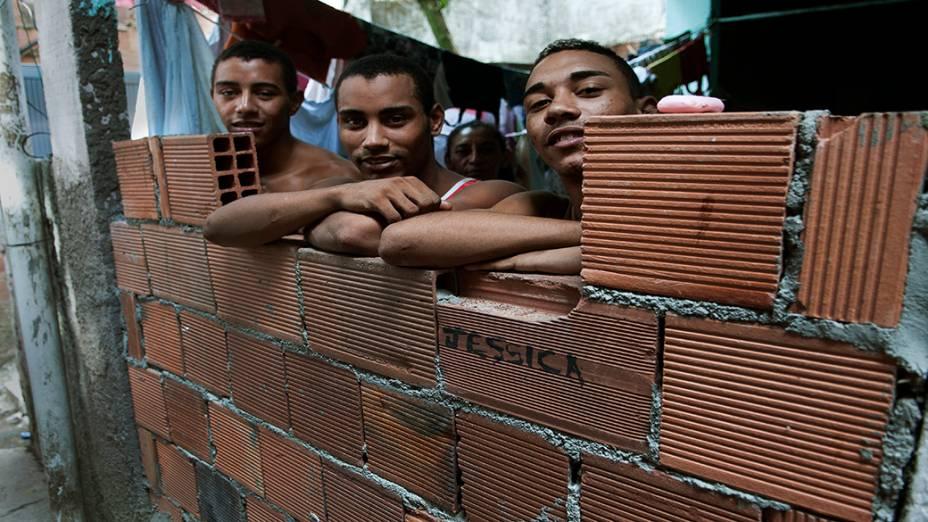 Filhos do pedreiro Amarildo, na nova casa da família, na Rocinha