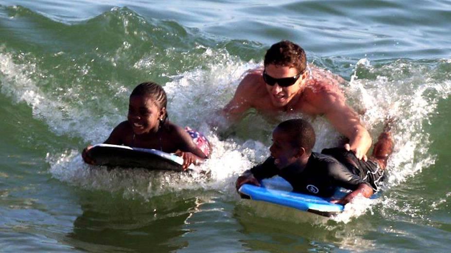 Filhos adotivos de Madonna, David e Mercy James, se diverte em Ipanema, Rio de Janeiro