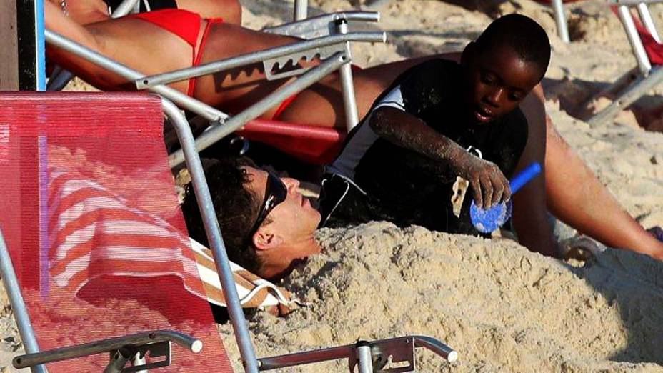 Filho adotivo de Madonna, David, se diverte em Ipanema, Rio de Janeiro