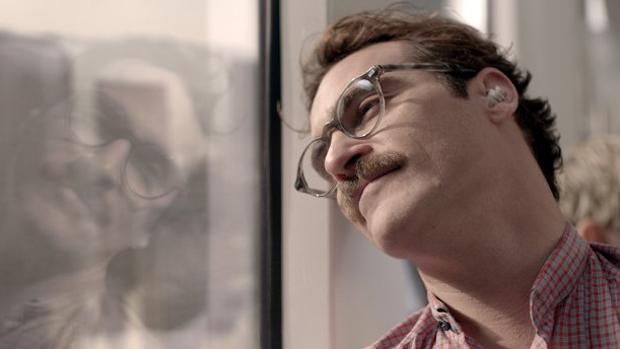 No filme Ela, de Spike Jonze, Joaquin Phoenix interpreta um escritor solitário que se apaixona por um sistema operacional de computador