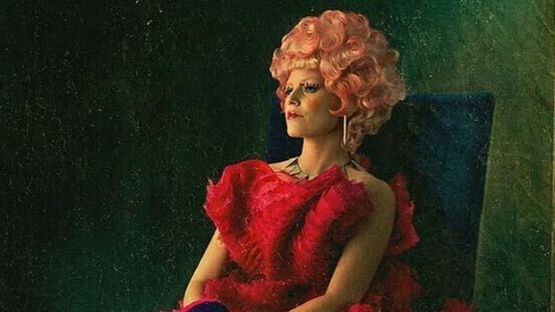 Elizabeth Banks, no filme Jogos Vorazes: Em Chamas