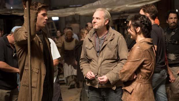 Francis Lawrence, Liam Hemsworth e Jennifer Lawrence, no filme Jogos Vorazes: Em Chamas