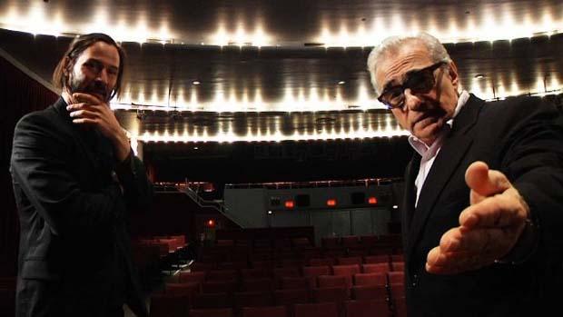 Keanu Reeves e Martin Scorsese em cena do filme Lado a Lado