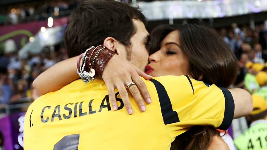 Casillas comemora o título europeu com a namorada Sara Carbonero