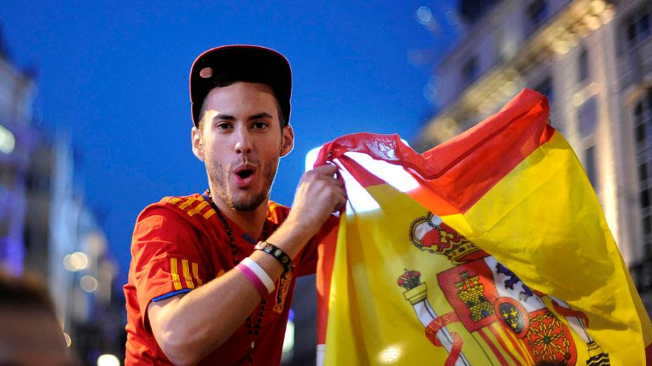 Torcedor espanhol celebra o título da Eurocopa no Picadilly Circus em Londres