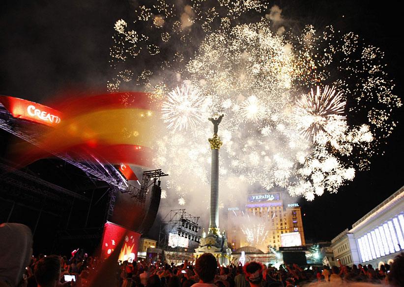 Fogos de artifício explodem no céu sobre a Praça da Independência, no centro de Kiev, após a final da Eurocopa 2012 entre Espanha e Itália