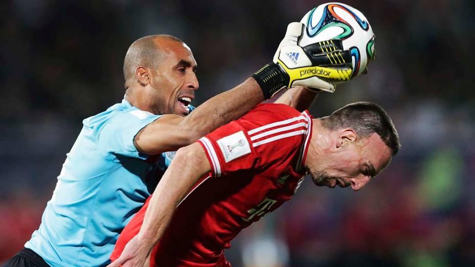 O jogador Franck Ribery do Bayern de Munique em lance contra jogador do Raja Casablanca durante a final do Mundial de Clubes no Grand Stade de Marrakech (Marrocos)
