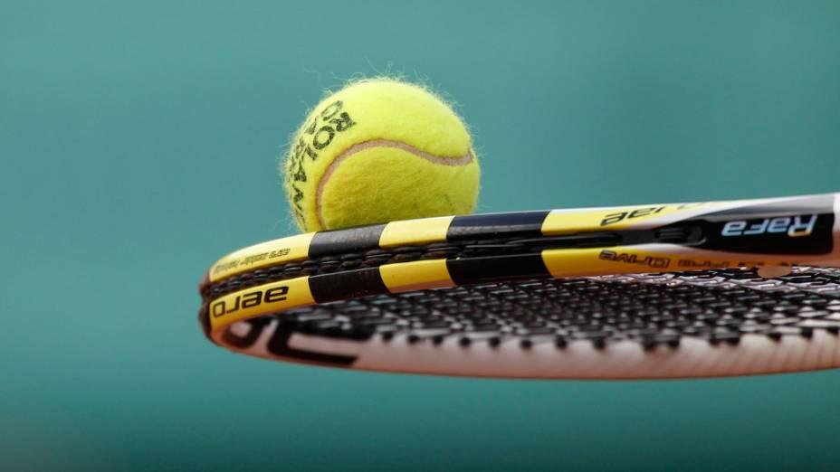 Raquete do espanhol Rafael Nadal, durante a final do torneio de Roland Garros