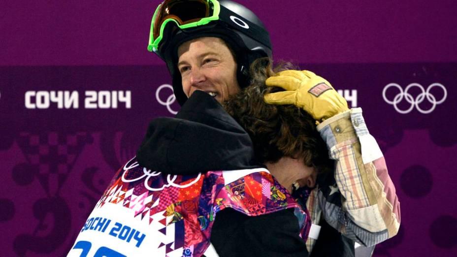 Shaun White abraça Iouri Podladtchikov, campeão olímpico no snowboard halfpipe em Sochi-2014
