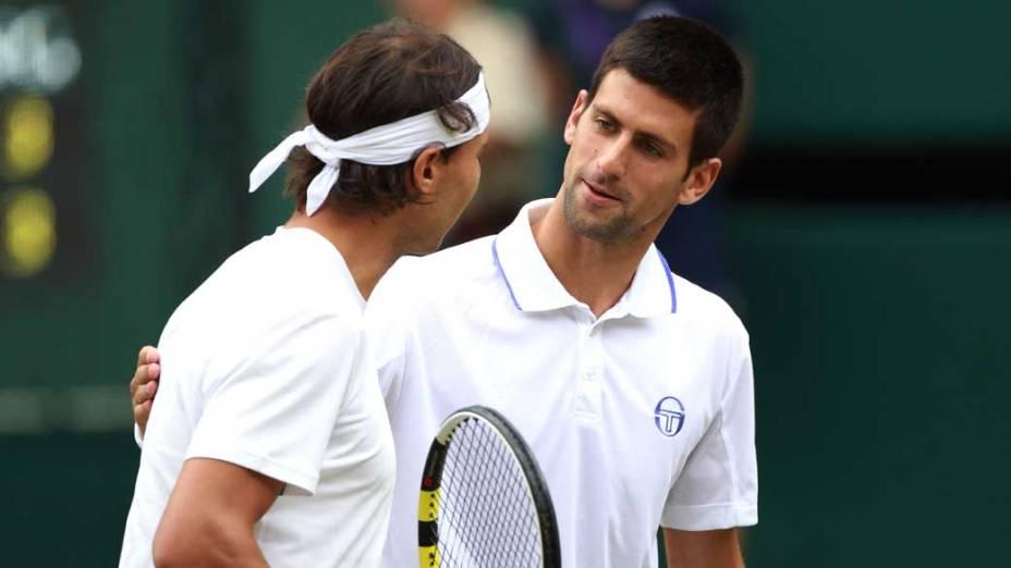 Rafael Nadal e Novak Djokovic durante a partida final do torneio de tênis de Wimbledon, Londres