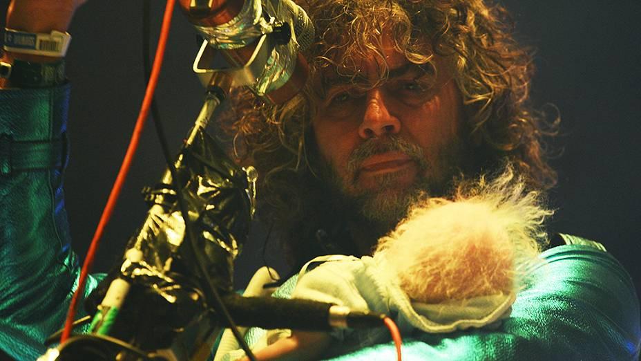 Wayne Coyne, vocalista do The Flaming Lips, subiu ao palco do Lollapalooza com uma boneca no colo