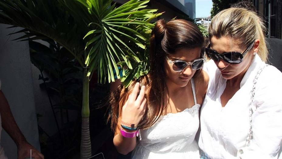 Atriz Flávia Alessandra chega com Giulia ao velório de Marcos Paulo, no cemitério Memorial do Carmo, no Rio de Janeiro
