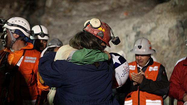 Florencio Ávalos comemora saída da mina após 69 dias de confinamento