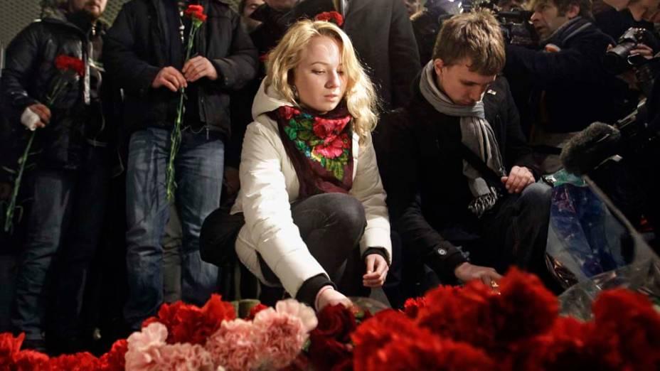 Russos colocam flores no aeroporto de Domodedovo, em homenagem às vítimas do atentado que matou cerca de 35 pessoas em Moscou