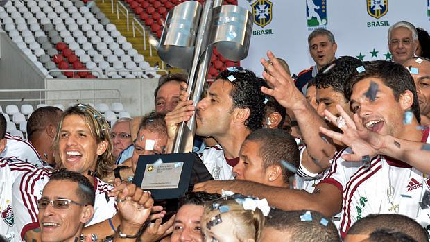 No Fluminense: Fred beija a taça de campeão do Brasileirão