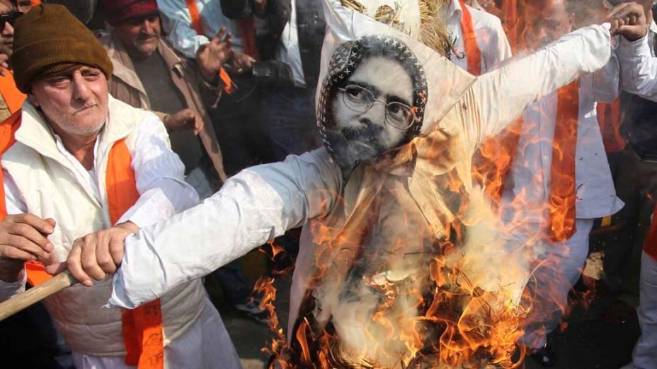 Na Índia, manifestantes queimam boneco com a imagem do militante islâmico Afzal Guru,condenado a morte por atentar contra o Parlamento indiano em 2001