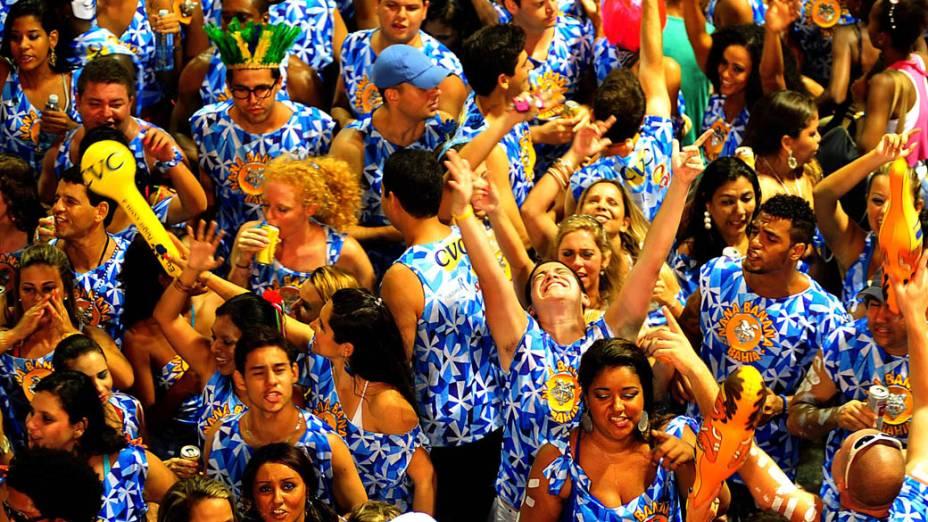 Foliões vestidos com o tradicional abadá azul seguem o bloco Nana Banana comandado pela banda Timbalada, no circuito Dodô