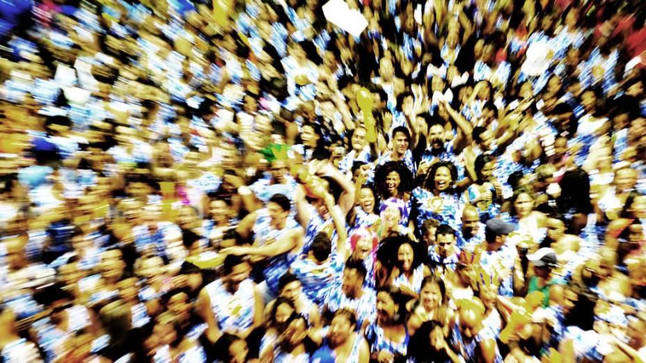 Foliões durante a apresentação do Timbalada, no primeiro dia do carnaval de Salvador