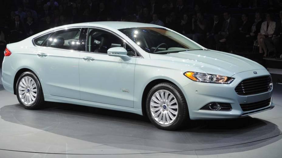 Ford Fusion - O modelo chega em uma versão revista com motores híbridos com 170 e 240 cavalos. A mesma plataforma dará origem ao novo Mondeo
