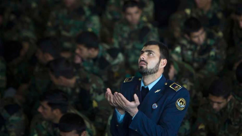 Membro da força aérea durante oração da sexta-feira em Teerã, Irã