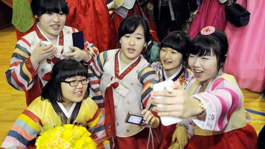 Garotas coreanas durante formatura do segundo grau em Seul