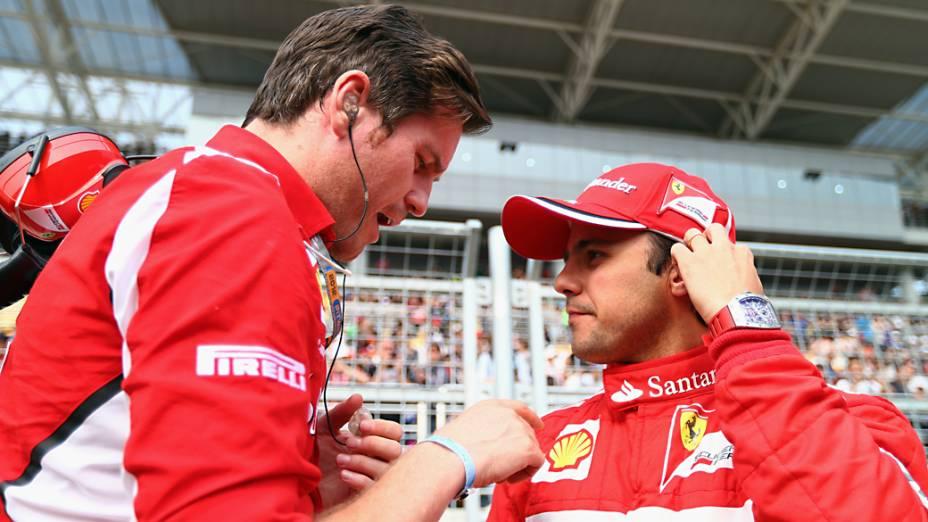 Felipe Massa fala com seu engenheiro Rob Smedley antes do início do Grande Prêmio da Coreia do Sul em Yeogam-gun