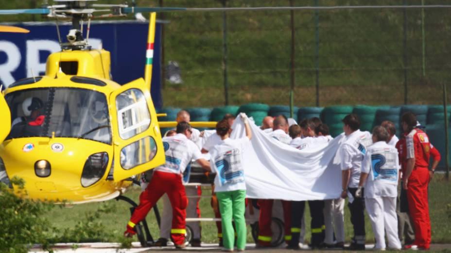 Felipe Massa é transportado por helicóptero após o acidente durante o treino de qualificação para o GP da Hungria de 2009