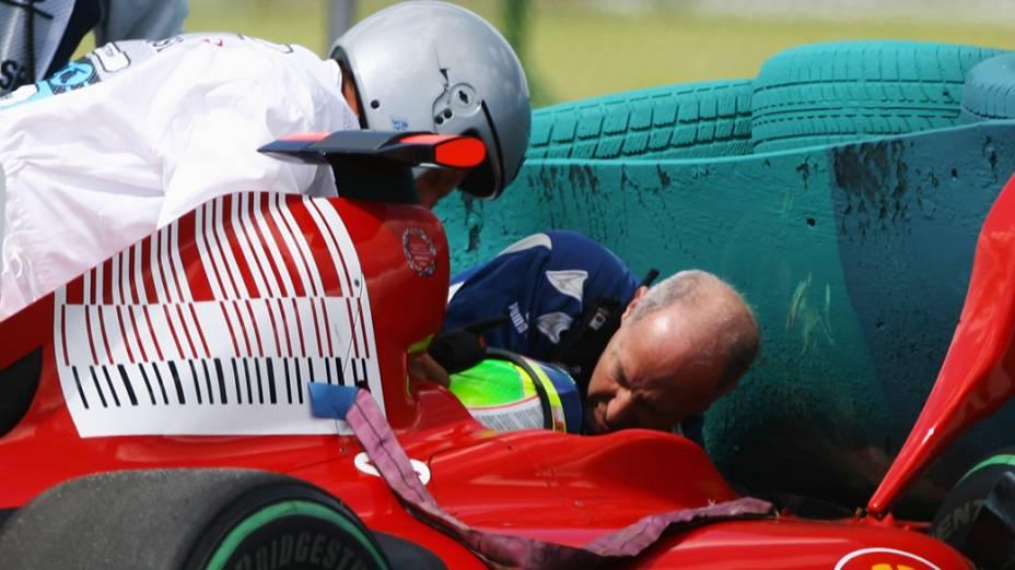 Felipe Massa é recebe atendimento médico após acidente durante o treino de qualificação para o GP da Hungria de 2009