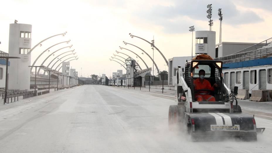 Operários nos trabalhos de fresagem da pista do sambódromo do Anhembi, em São Paulo