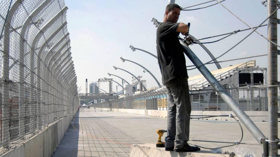 Operário instala grade de proteção no circuito do Anhembi