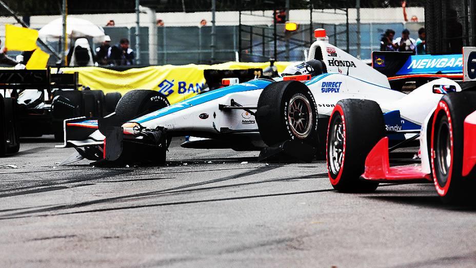 Faltando 13 voltas para o fim da corrida, Josef Newgarden e Ed Carpenter bateram em pontos diferentes do circuito
