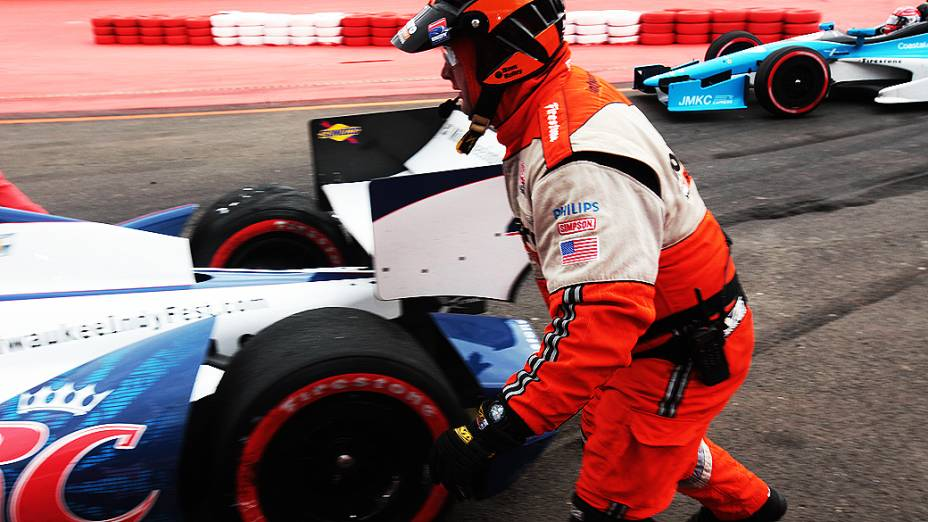 Equipes de resgate tentam ajudar carros a retornarem a corrida