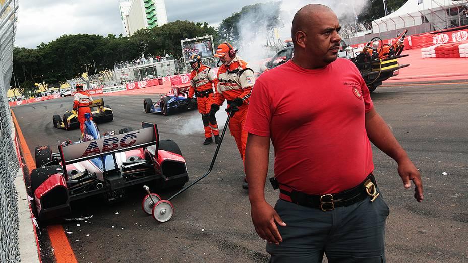 Equipes de resgate e bombeiros tentam ajudar carros a retornarem a corrida