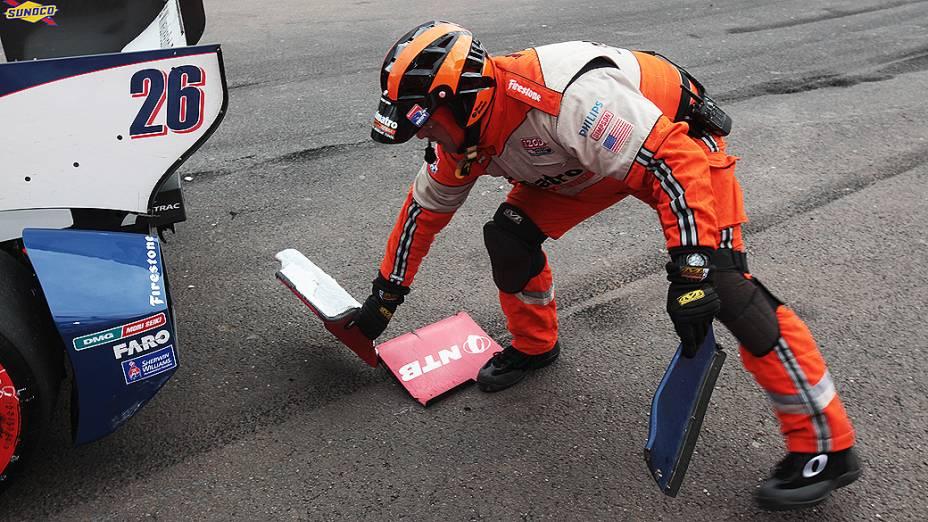 Equipes de apoio ajudam a limpar a pista após acidente no fim da prova