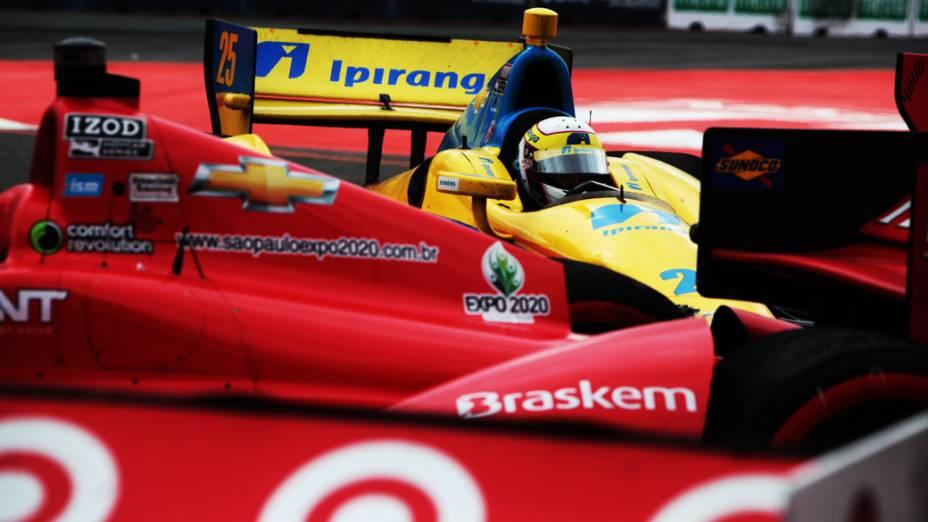 Acidente envolvendo vários carros durante corrida de fórmula Indy no Sambódromo do Anhembi em São Paulo
