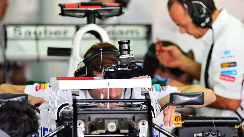 Movimentação no box da equipe Sauber em Interlagos