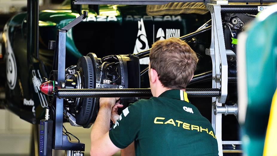 Movimentação no box da equipe Caterham em Interlagos