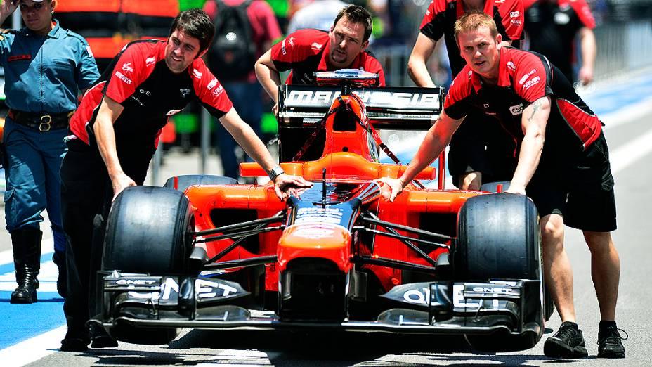 Movimentação no box da equipe Marussia em Interlagos