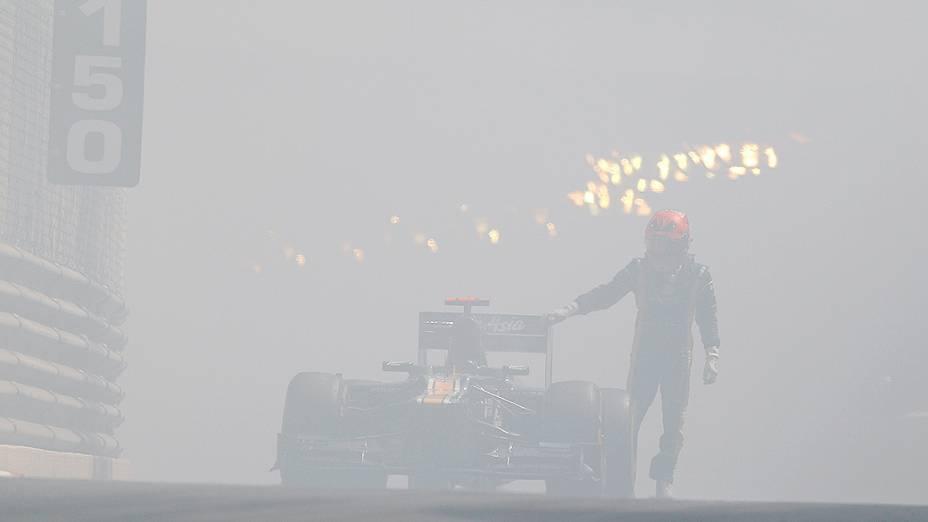 Um problema no motor do carro do finlandês Heikki Kovalainen durante a primeira sessão de treinos da F1 Monaco