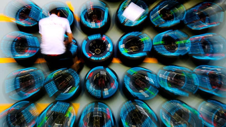 Mecânico prepara pneus no box da Mclaren para o GP de Cingapura de F1
